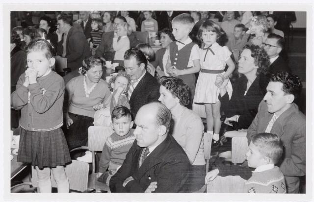 038727 - Volt. Oosterhout. Sint Nicolaasviering voor de kinderen van het personeel in 1959. Fabricage- of productie vond in Oosterhout plaats van april 1951 t/m 1967. Sinterklaas. St. Nicolaas