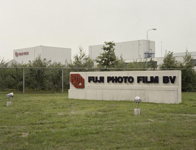 TLB023000085_003 - Bedrijfspanden Fuji Photo Film BV. Foto gemaakt ter promotie van diverse  opleidingen en t.b.v. Onderwijsexpositie.