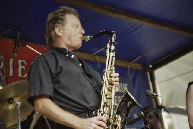 TLB023000869_002 - Waterfestival; saxofonist met band op een podium.