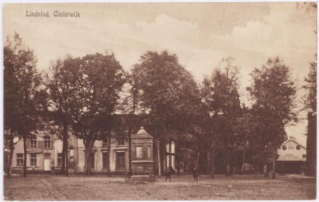 """057507 - De Lind. Achter de oude pomp het pand dat toen als hotel (""""de Linde"""") diende en vanaf 1928 als pastorie dienst doet. Rechts daarvan staat de  Johanneskerk, die in juni 1928 in gebruik is genomen."""