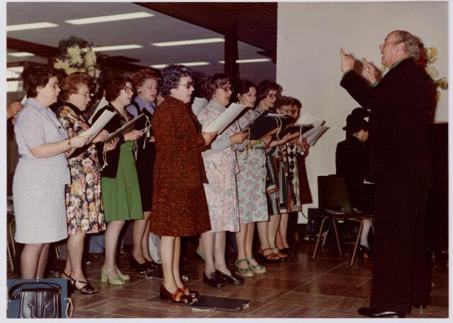047117 - Plein 1803. Open dag t.g.v. de opening van het nieuwe gemeentehuis. Het Goirles Gemengd Koor zingt enkele liederen.