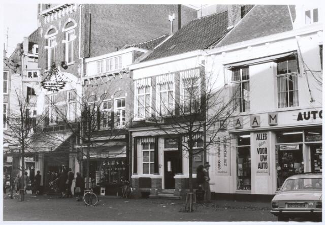 027720 - Oude Markt 2-10.   Links: No. 2, bovenhuis no. 4.   Postfoto: No. 6.   Apotheek Bijvoet: No. 8.   Raam: No. 10