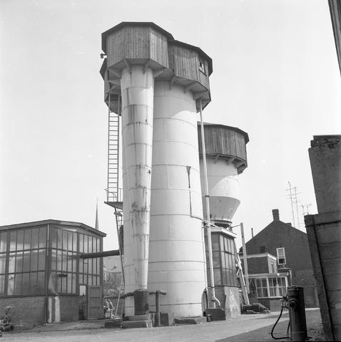 D-000270-4 - Watertoren van leerlooierij Bern. Pessers aan de Van Bylandtstraat, 1973.