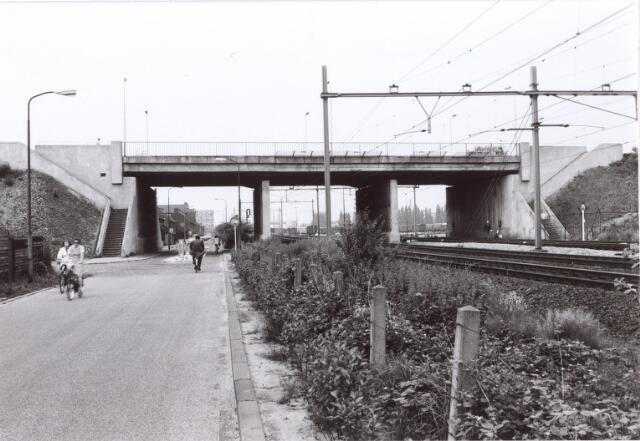 014170 - Alleenhouderstraat met het viaduct van de Ringbaan-West