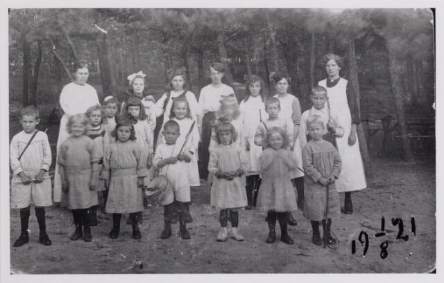 041911 - Gezondheidszorg. Verplegend personeel en kinderen, verpleegd in de lighallen van Charlotte-oord