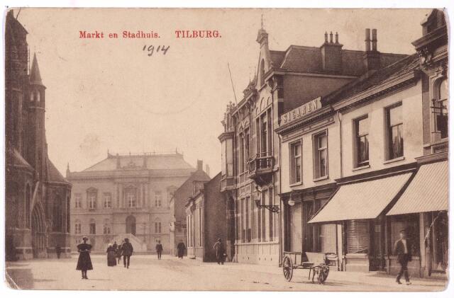 001860 - Oude Markt voorheen de  Markt met op de achtergrond het voormalige gemeentehuis. Aan de rechterkant v.r.n.l. de huizen Markt 2 t/m 6. Op nummer 2, nog juist zichtbaar, zat de confectiezaak van de weduwe Gerritse-Smits. De zaak bestond in 1923  25 jaar. Maria H.R. Gerritse-Smits werd geboren te Helmond op 20.7.1866. Op 15.6.1933 verhuisde zij naar Breda. Op nummer 3 de zaak van Henri Heijmans. Hij verhuisde in 1918 naar Den Haag. Daarna zat er Emile Vossen, getrouwd met modiste Petronella J.M. Melis. Vervolgens, in 1939 kwam er de zaak in electrische artikelen van Abraham Stad. Abraham Stad en zijn vrouw Henriëtte Nort waren joods en tijdens de Tweede Wereldoorlog werd het pand in beslag genomen. Stad verhuisde met zijn vrouw naar Groeseindstraat 19, waar het gezin door het uitbreken van een besmettelijke ziekte in de zomer van 1943 aan deportatie wist te onstnappen. Tijdens en meteen na de oorlog staat het pand bekend als onbewoond winkelhuis. Na de oorlog woonde er Luigi Marcon 'ijscofabrikant'.  Op nummer 4 vinden we het sigarenmagazijn van de firma P.N. van Riel-van Weert, opgericht in 1882. Het pand werd bewoond door de ongehuwde zussen Justine A.J.M. van Riel en Catharina F.A.M. van Riel. Vervolgens op nummer 5 het woonhuis van wollenstoffenfabrikant Antonius I.C. van Spaendonck, die er overleed op 20.10.1920. Tot 1925 bleef zijn weduwe, Maria Th.T.C. Brouwers in dit huis wonen. Daarna verhuisde zij naar de Nieuwlandstraat, waar zij op 19.3.1933 overleed. Tenslotte nummer 6, de winkel van Johanna Maria van Roessel. Voor de winkel van Van Riel staat een hondenkar.