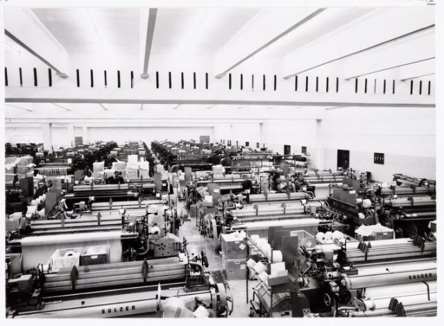 038055 - Textielindustrie. Interieur van de wollenstoffenfabriek André van Spaendonck en zonen, fabriekshal met volautomatische weefgetouwen