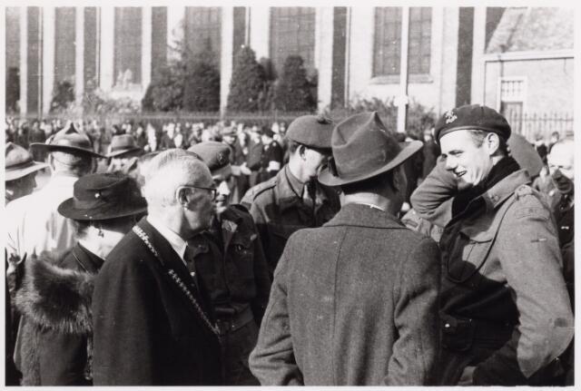 012553 - WO2 ; WOII ; Tweede Wereldoorlog. Bevrijding. Informeel gesprek tussen burgemeester Van de Mortel  en enkele Schotse militairen na afloop van de parade van Schotse pijpers op de Markt