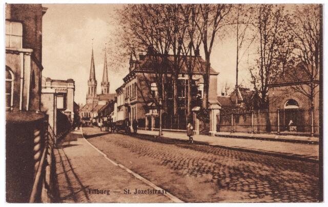001343 - St. Josephstraat. Links de Bekafabrieken (Bergh-Krabbendam), rechts achter het hek 'het Duvelhok' in 1863 als stoomfabriek voor de gebroeders Deen gebouwd. later werd dit fabriekje eigendom van de firma Van den Bergh-Krabbendam. Tegenover de  Bekafabriek het toenmalige huis van Ferdinand A.L. van den Bergh (1848-1932) en Catharina Charlotta Zegers-Veeckens (1850-1923).