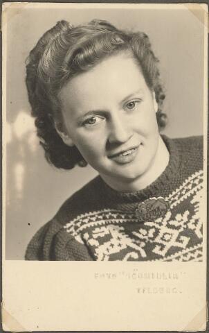 603986 - Vervest-der Kinderen, Tilburg. Gijsberdina Maria Cornelia Antonia Vervest, geboren op 4 oktober 1921. In de huiselijke kring werd zij 'Zus' genoemd.