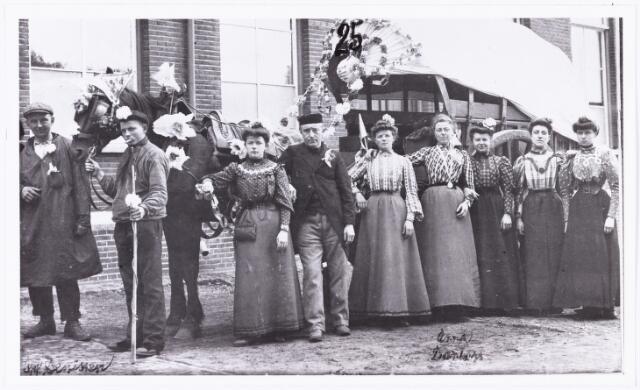 008831 - Bedevaarten. De versierde kar ter gelegenheid van het voor het feit dat Klaas Smulders (4e van links) voor de 25e keer meeliep in de processie naar Kevelaer. Uiterst links J. Denissen (1872-1959) een zekere Huijbregts dan een onbekende dame Klaas Smulders, onbekende dame, Anna Dankers, A. Bertens uit de Goirkestraat, A. Paymans en Berta Hendrickx (1888-1974).