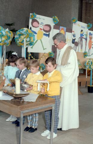 655289 - Kerk. Religie. Katholiek. Communicanten. Eerste Heilige Communie viering in de Tilburgse Lourdeskerk op 27 april 1986.