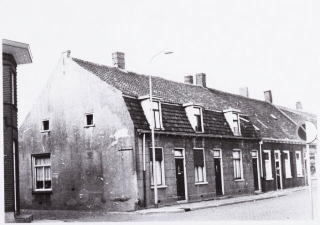 034486 - Lijnsheike 221-217; thans heet dit deel van de straat Von Weberstraat. De meeste huizen aan het Lijnsheike zijn inmiddels gesloopt. De straat aan de linkerzijde op de foto is de Lijnse dwarsstraat