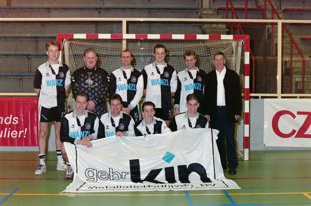 1237_001_029-2_015 - Sport. Voetbal. Willem II. Teamfoto voor een goal tijdens een zaalvoetbal competitie op 3 januari 1999.
