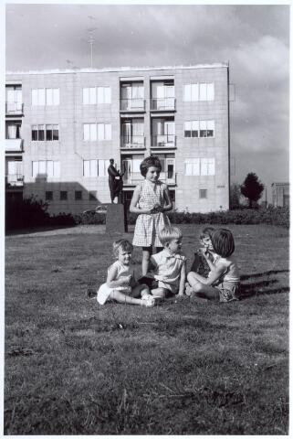017294 - Kinderen op het plantsoen Caspar Houbenstraat. Achter het beeld van Orpheus, vervaardigd door de kunstenaar F. Verhaak (geb. 1918).