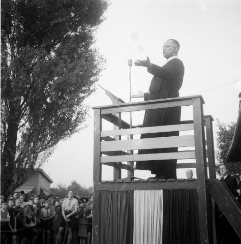 050341 - Pater De Witte, redemptorist, houdt een preek voor de bedevaartgangers naar Peerke Donders.