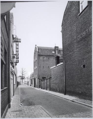 025484 - Langestraat gezien vanuit de Tuinstraat. Het pakhuis in het midden is in het najaar van 1983 gesloopt