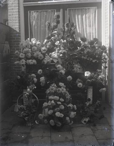 651548 - Bloemboeketten en bloemstukken. De Bont. 1914-1945.