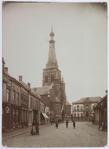 027701 - Oude Markt 2-20. Achter op foto staat vermeld: Restauratie dak Stadhuis 1910.