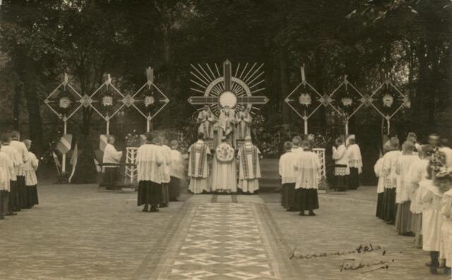 602341 - Religie. Viering Sacramentsdag in de tuin van de missionarissen van het H. Hart aan de Bredaseweg. Op de foto zegent een priester van monstrans de menigte.