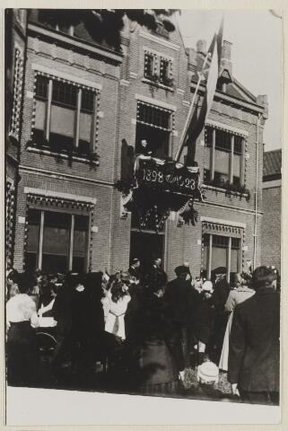058729 - Feestelijkheden ter gelegenheid van het 25-jarig troonjubileum van koningin Wilhelmina. Aubade voor het gemeentehuis.