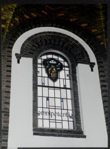 """91252 - Made en Drimmelen. Officiële opening van het Sociaal Cultureel Centrum """"De Mayboom"""" in Made.  Op de foto het onthulde glas-in-lood raam 'Omnipotentia' ."""