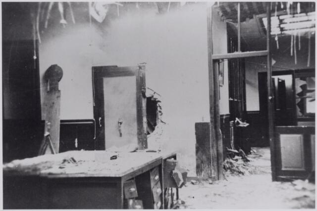 045827 - Oorlogsschade aan het interieur van Pijnenburg's Weverijen N.V.