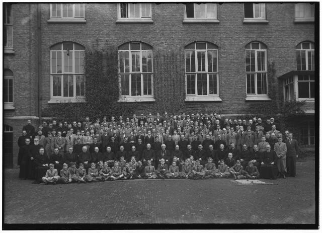 050963 - Klooster. Groep paters en studenten van de congregatie der missionarissen van het H. Hart aan de Bredaseweg.