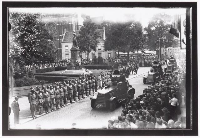 042644 - Militaire parade op 6 augustus 1936 langs het standbeeld van Willem II op de Heuvel  ter gelegenheid van de opening van het Paleis-Raadhuis