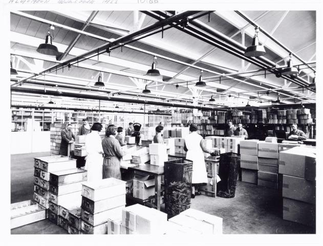 038538 - Volt. De pakkerij in 1933. Deze afdeling maakte deel uit van  magazijn en expeditie. De gerede producten werden vanuit de productieafdelingen in z.g.n. normaalbakken aangevoerd en hier in kartonnen dozen overgepakt en gereed gemaakt voor verzending. Later werden deze werkzaamheden door de productie-afdelingen zelf gedaan. Locatie: gebouw C Voltstraat.  Foto uit gedenkboek afscheid van Dhr. Anninga directeur. Voltstraat heette toen Nieuwe Goirleseweg.