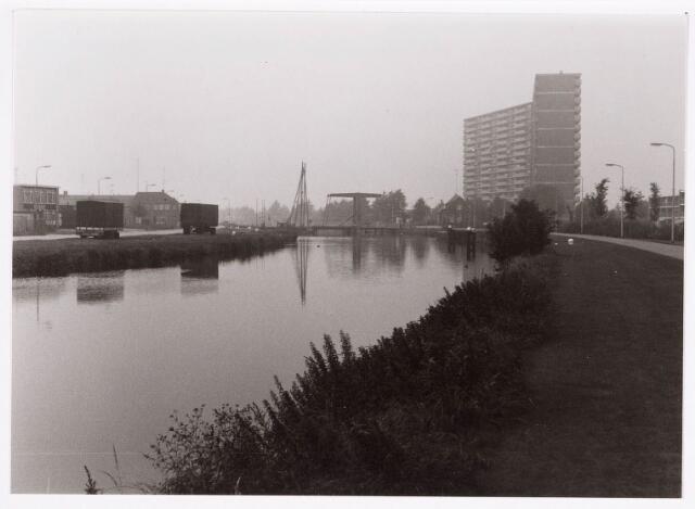 034710 - Ophaalbrug over het Wilhelminakanaal bij de Oude Lind. Rechts de flat aan de Hoffmannlaan