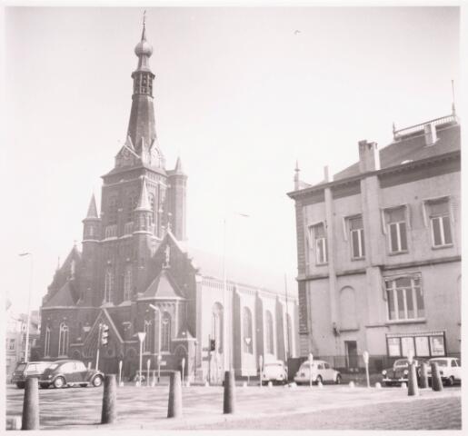 035799 - Oude gemeentehuis en de R.K. Kerk van de H. Dionysius aan het Stadhuisplein