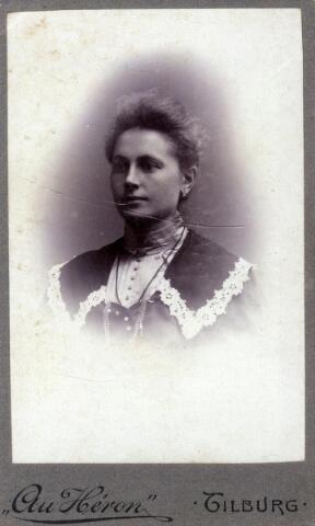 602423 - Petronella Maria van Pelt, geboren op 14 mei 1877 te Tilburg als dochter van wever Norbertus van Pelt en Johanna Bertens. Petronella huwde op 10 september 1902 te Tilburg met Goirlenaar Hendrikus Joseph van Dun. Na haar huwelijk verhuisde zij ook naar Goirle. Op 25 mei 1954 overleed zij te Goirle.