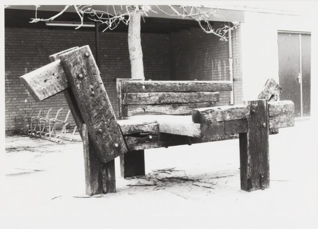 """067622 - """"Speelbeest"""" op de speelplaats van de Openbare Basisschool """"De Vuurvogel"""", Korte Schijfstraat 21. Gemaakt door de beeldhouwer HANS CLAESEN (1925-1995). De school is later verhuisd naar Eikstraat 11."""