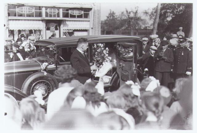 063133 - Huwelijk van burgemeester A.G.M. Panis. Op de achtergrond levensmiddelenwinkel Van Brenders.