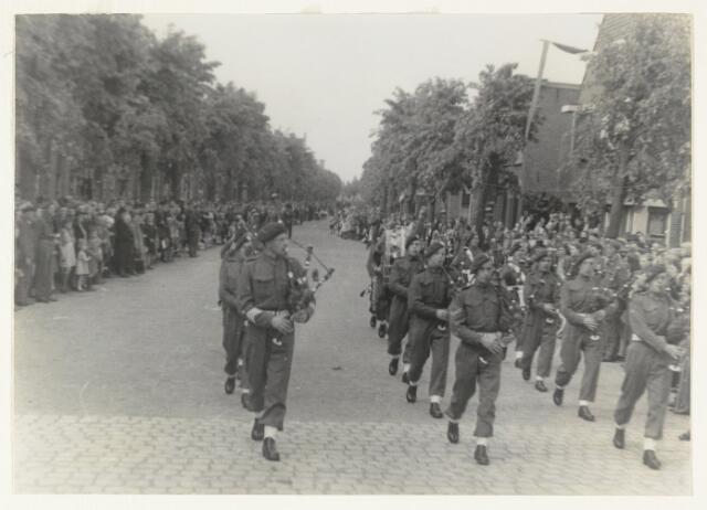 90871 - WOII; WO2: Made en Drimmelen. Bevrijdingsfeest 1945 muzikaal opgeluisterd door de 27e Schotse Divisie onder leiding van generaal Barber