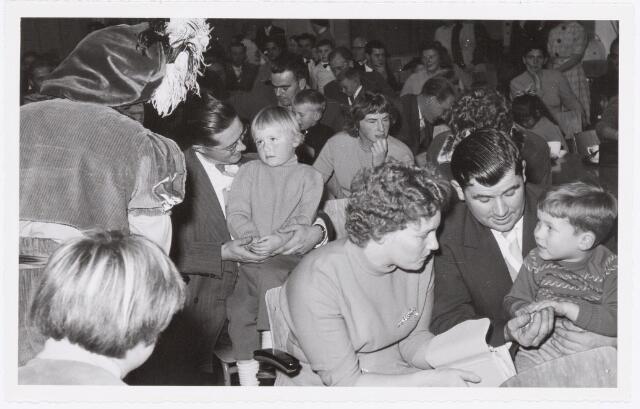 038732 - Volt. Oosterhout. Sint Nicolaasviering voor de kinderen van het personeel in 1959. Fabricage- of productie vond in Oosterhout plaats van april 1951 t/m 1967. Sinterklaas. St. Nicolaas