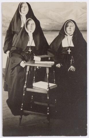 045266 - Zusters van liefde van de congregatie van O.L.V. Moeder van Barmhartigheid uit Tilburg (Oude Dijk) in het liefdegesticht te Rijsenburg. Zittend links Maria Anna Favier (zuster Thecla). Zij werd geboren te Hilvarenbeek op 29 augustu 1856 en overleed in het liefdegesticht te Rijsenburg, waarvan zij overste was, op 30 maart 1929.