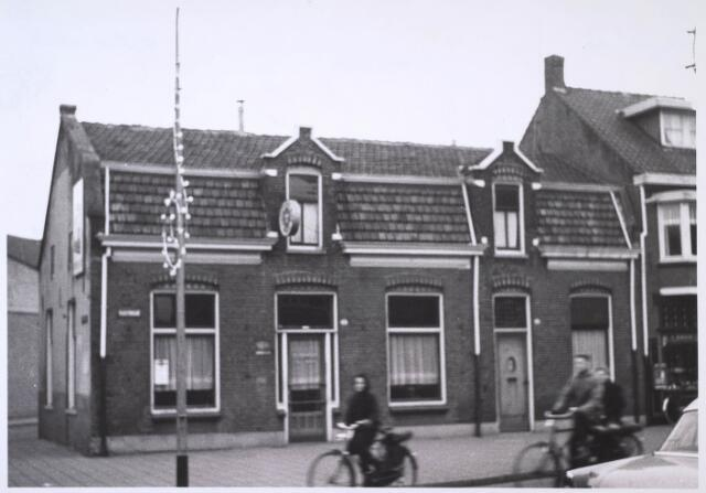 023767 - Café op de hoek van de Koestraat en de Lovensestraat (links) eind 1962