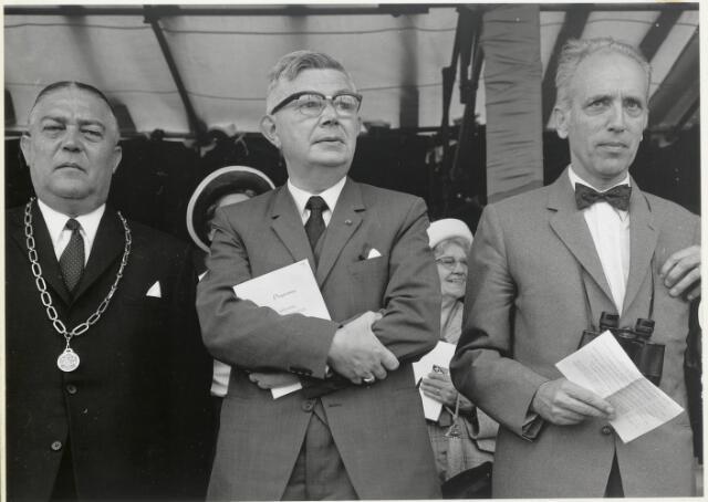 91659 - Made en Drimmelen. Officiële opening van Jachthaven De Biesbosch. Links (met ambtsketen) Burgemeester Cees (C.W.) Smits - KVP-er (1965 - 1975)