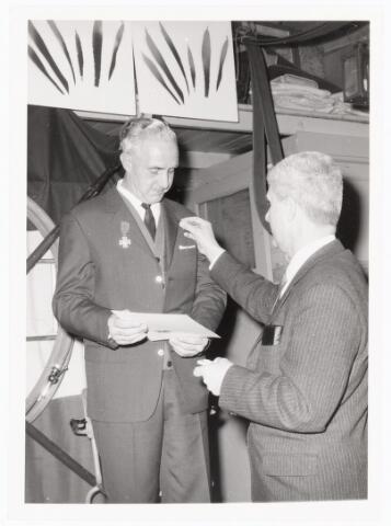 039459 - Volt, Zuid. Hulpafdelingen, Brandweer. In 1965 wordt de heer J.J.M. van Iersel vanwege zijn 25-jarig brandweerjubileum gedecoreerd door de heer Jo Vermeulen.