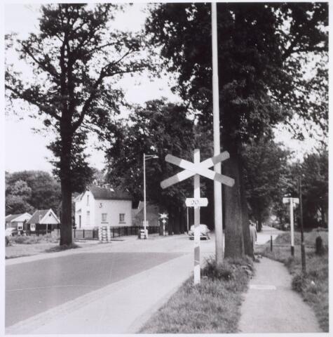 016414 - Bredaseweg ter hoogte van de Schout de Roijstraat. Het witte gebouwtje is een station van het voormalige ´Bels lijntje´, de spoorlijn van Tilburg naar Turnhout
