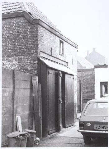 017223 - Schuurtje van een pand aan de Capucijnenstraat eind 1976