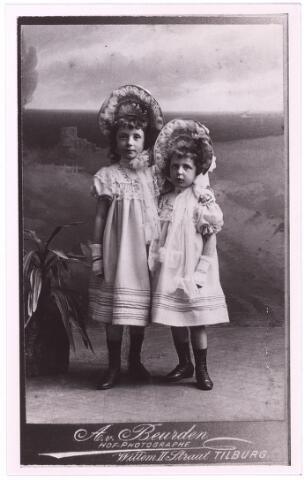 004033 - Anna Catharina Maria DONDERS (1897-1977) en haar jongere zusje Maria Catharina Josephina (1898-1982), dochters van Hubertus Franciscus Antonie (Hubert) Donders (1863-1944), sigarenfabrikant en assurantiemakelaar, en Josephina Elisabeth Maria Knegtel (1868-1941). kopie (reproductie; origineel niet in collectie aanwezig)