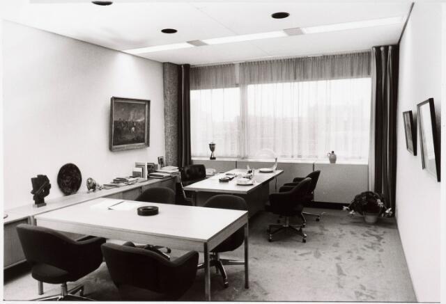 032723 - Kamer van wethouder in het nieuw gebouwde gemeentelijk administratiegebouw aan het Stadhuisplein 130.