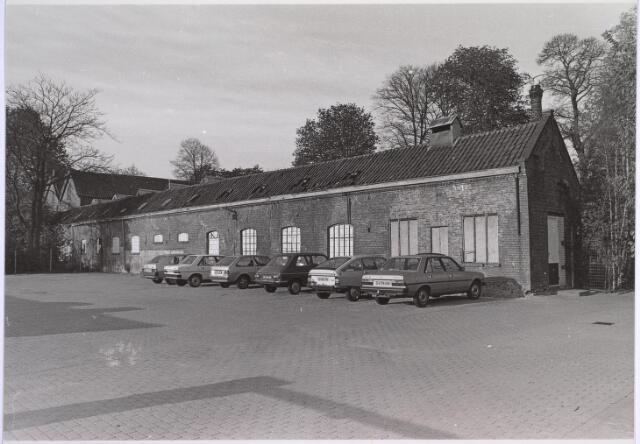 025055 - Textiel. Gedeelte van het fabriekscomplex van L. E. van de Bergh aan de Lanciersstraat. Tussen de bomen is nog juist de schoorsteen van wollenstoffenfabriek Beka te zien.