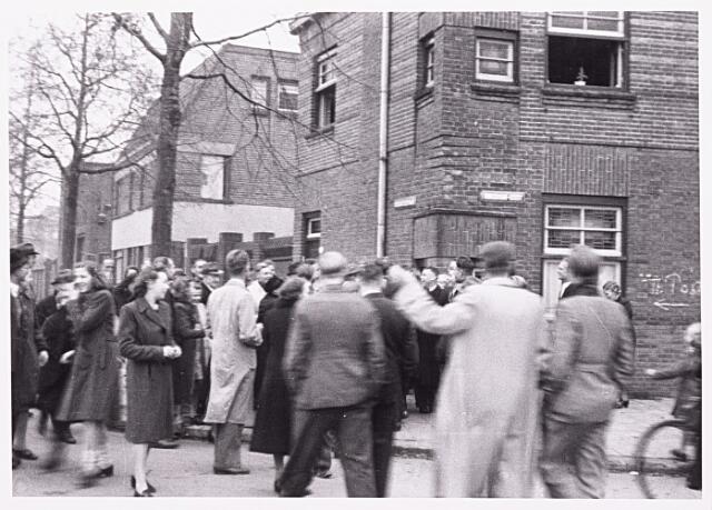 013266 - WO2 ; WOII ; Tweede Wereldoorlog. Bevrijding. In Loven loopt de hele buurt uit om de bevrijders te verwelkomen. Hier een groep op de hoek Enschotsestraat - Ringbaan-Oost