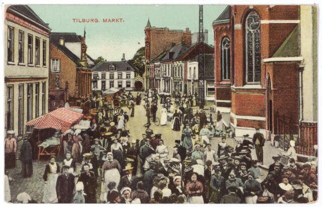 001810 - De Markt, later Oude Markt, genoemd naar de markten die er van oudsher werden gehouden. Vroeger telde Tilburg vier jaarmarkten: op het feest van St. Paulus bekering (26 januari), de maandag na Palmzondag, de vooravond van het feest van St. Jan de Doper (23 juli) en de maandag na het feest van de patroonheilige van Tilburg, St. Dionysius (9 oktober). In de volksmond droegen deze markten de namen: Kouwmert, Palmmert, St. Jansmert en Baomismert. Een jaarmarkt in 1885 kwam in het nieuws omdat er een geschrift 'van socialistische reuk', afkomstig van Excelsior uit Den Haag verspreid werd. De journalist van de Tilburgsche Courant slaakte de verzuchting dat hij hoopte dat de politie in de toekomst 'dergelijke opruiing uit onze stad zal weren'.