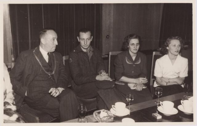 053727 - Ontvangst op het paleisraadhuis van de Koreastrijders; de burgemeester met een van de Koreastrijders en zijn familie