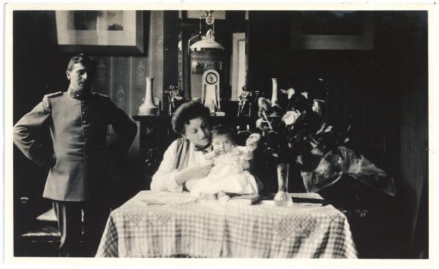006705 - Heer en mevrouw Brouwers-van Waesberghe met nichtje Maria in de woonkamer. Begin 20ste eeuw